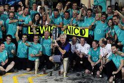 Steve Etherington, Photographer celebrates with the Mercedes AMG F1 team