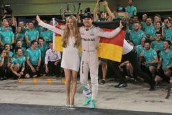 Nico Rosberg, Mercedes AMG F1 celebra su campeonato del mundo con su esposa, Vivian Rosberg y el equ