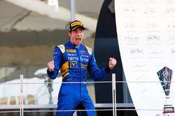 Ganador de la carrera Alex Lynn, DAMS