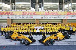 Гонщики Renault Sport F1 Джолион Палмер и Кевин Магнуссен