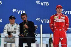 Race winner Valtteri Bottas, Mercedes AMG F1, Eddie Jordan, Channel 4 F1 TV and Kimi Raikkonen, Ferr
