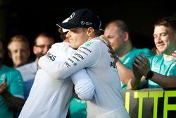 Valtteri Bottas, Mercedes AMG F1, wordt gefeliciteerd door Lewis Hamilton, Mercedes AMG F1