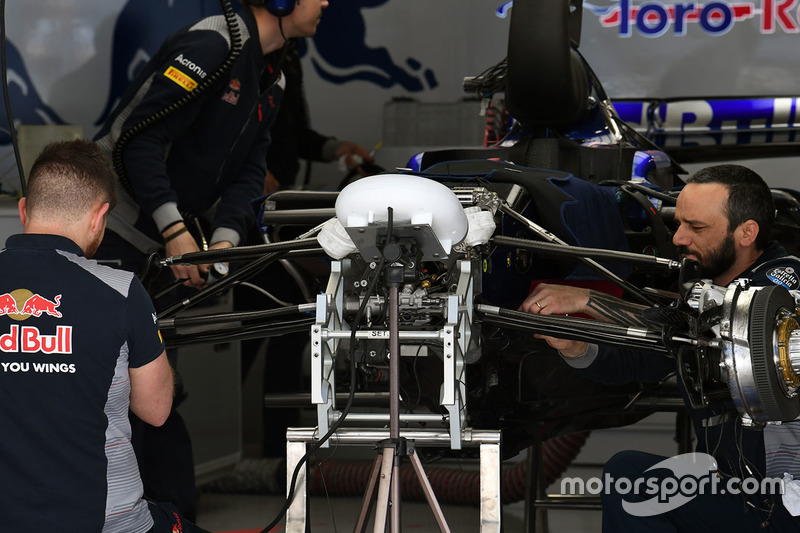 Scuderia Toro Rosso STR12 front suspension