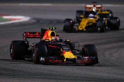 Max Verstappen, Red Bull Racing RB13; Nico Hulkenberg, Renault Sport F1 Team RS17