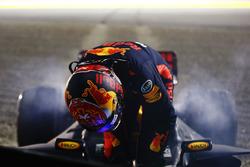После аварии: гонщик Red Bull Racing Макс Ферстаппен покидает разбитую RB13