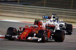 Kimi Raikkonen, Ferrari SF70H y Felipe Massa, Williams FW40