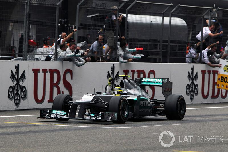 Свою первую победу в том году одержал Нико Росберг в составе Mercedes. И тогда победа «серебряных стрел» была чем-то очень и очень крутым. Потому что в списке топ-команд наконец появился новый игрок, и чемпионат от этого стал только интереснее