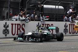 Nico Rosberg, Mercedes AMG F1 W03 cruza la meta