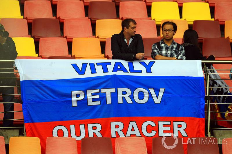А малайзийский Lotus превратился в Сaterham, за который поехал Виталий Петров, потерявший место в «черно-золотой» Lotus