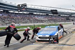 Paul Menard, Wood Brothers Racing, Ford Fusion Quick Lane Tire & Auto Center, makes a pit stop