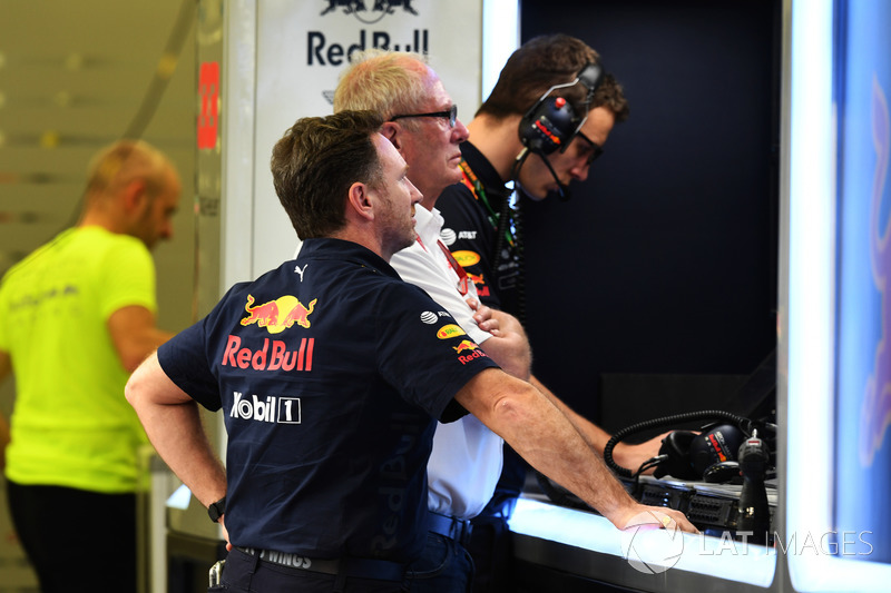 Christian Horner, Team Principal Red Bull Racing e il Dr Helmut Marko, Consulente Red Bull Motorsport nel garage