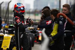 Romain Grosjean, Haas F1 Team, est félicité pour ses qualifications par son équipe