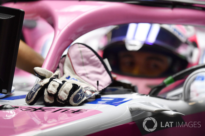 Sergio Pérez, Force India VJM11 guantes Alpinestars