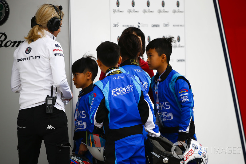 Children from the Grand Prix Kart Scholarship visit the Sauber garage