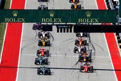 Lewis Hamilton, Mercedes AMG F1 W08, Sebastian Vettel, Ferrari SF70H, op kop bij de start