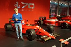 Guido Schittone accanto a una monoposto Ferrari