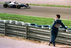 Damon Hill, Arrows watches the new World Champion Jacques Villeneuve, Williams
