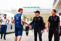 Valtteri Bottas, Mercedes AMG F1, estrecha la mano con un compañero de equipo anterior
