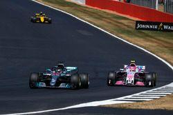 Lewis Hamilton, Mercedes-AMG F1 W09 et Esteban Ocon, Force India VJM11