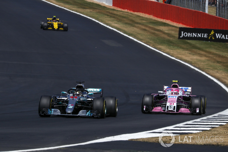 Lewis Hamilton, Mercedes-AMG F1 W09 y Esteban Ocon, Force India VJM11