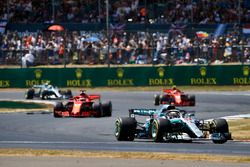 Lewis Hamilton, Mercedes AMG F1 W09, lidera a Sebastian Vettel, Ferrari SF71H, Kimi Raikkonen, Ferrari SF71H, y Valtteri Bottas, Mercedes AMG F1 W09