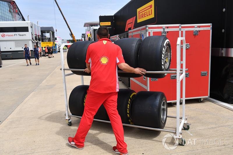 Mekanik Ferrari mempersiapkan ban Pirelli
