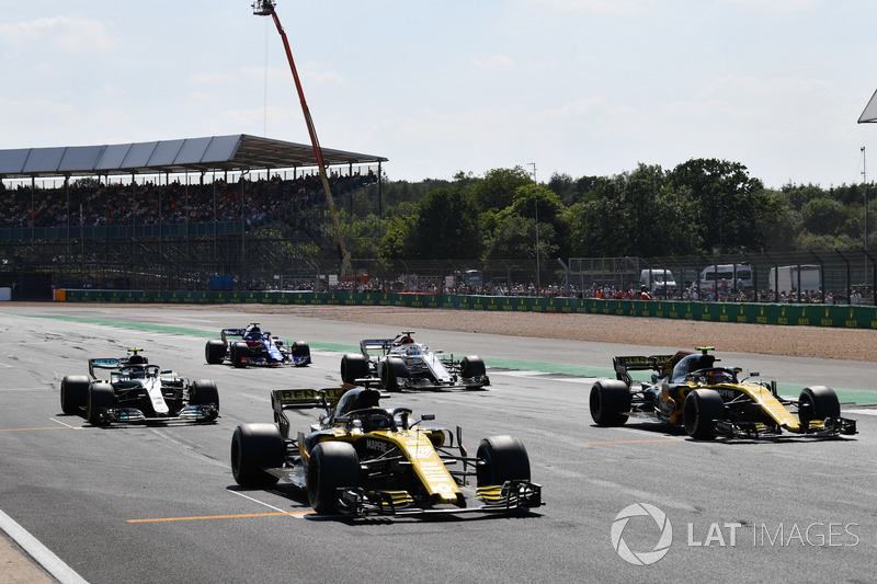 Nico Hulkenberg, Renault Sport F1 Team R.S. 18 and Carlos Sainz Jr., Renault Sport F1 Team R.S. 18 en la parrilla