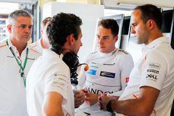 Stoffel Vandoorne, McLaren, habla con ingenieros