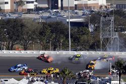 Crash: Kyle Larson, Chip Ganassi Racing Chevrolet Camaro, Daniel Suarez, Joe Gibbs Racing Toyota, Ji