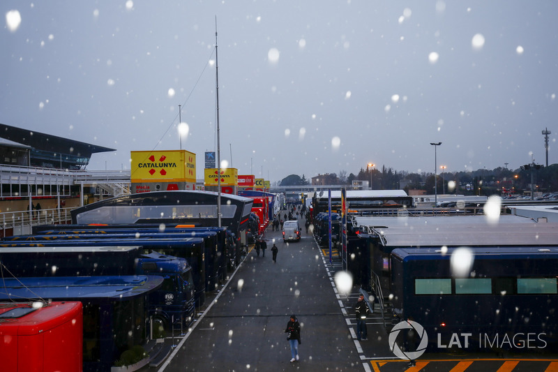 La nieve cae en el paddock