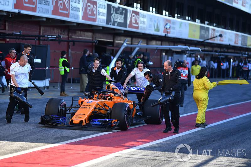Mobil Stoffel Vandoorne, McLaren MCL33 didorong di pitlane