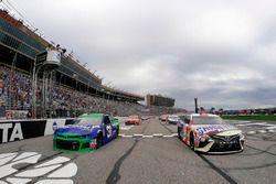 Ryan Newman, Richard Childress Racing Chevrolet Camaro, Kyle Busch, Joe Gibbs Racing Toyota