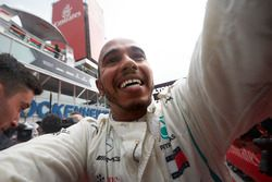 Race winner Lewis Hamilton, Mercedes AMG F1, celebrates in Parc Ferme with his team