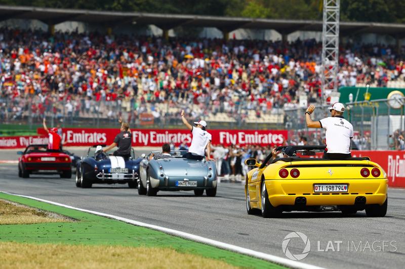 Marcus Ericsson, Sauber, detrás de Charles Leclerc, Sauber, Kevin Magnussen, Haas F1 Team, y Kimi Raikkonen, Ferrari, en el drivers parade
