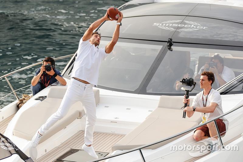 Daniel Ricciardo, Red Bull Racing atrapa un pase del jugador de futbol americano de Tom Brady