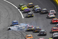 Kyle Busch, Joe Gibbs Racing, Toyota Camry NOS Energy Drink and Chase Briscoe, Biagi-DenBeste Racing, Ford Mustang Ford wreck
