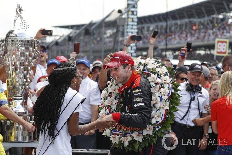 Il vincitore della gara Will Power, Team Penske Chevrolet, festeggia