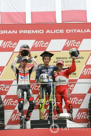 Podium: tweede plaats Max Biaggi, Repsol Honda Team, Racewinnaar Valentino Rossi, Yamaha Factory Racing, derde plaats Loris Capirossi, Ducati Team