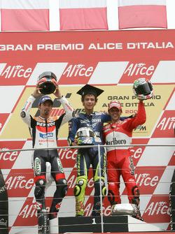 Podyum: 2. Max Biaggi, Repsol Honda Team, yarış galibi Valentino Rossi, Yamaha Factory Racing, 3. Loris Capirossi, Ducati Team