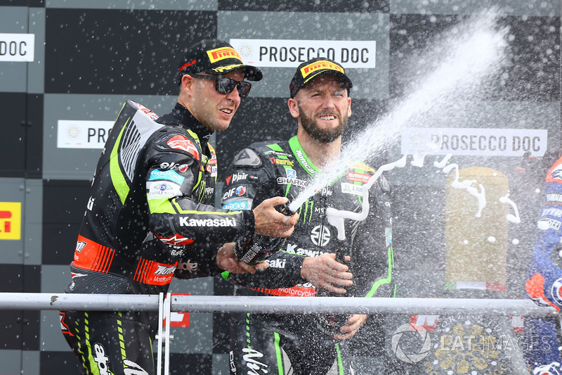 Podio: il secondo classificato Jonathan Rea, Kawasaki Racing, il terzo classificato Tom Sykes, Kawasaki Racing