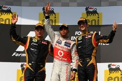 Podio: il secondo classificato Kimi Raikkonen, Lotus F1 Team, il vincitore della gara Lewis Hamilton, McLaren, il terzo classificato Romain Grosjean, Lotus F1 Team