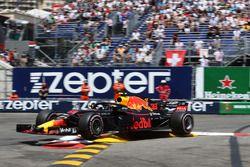 Max Verstappen, Red Bull Racing RB14 golpea la barrera y se estrella