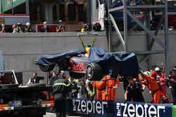 Oficiales remueven el coche accidentado de Max Verstappen, Red Bull Racing RB14