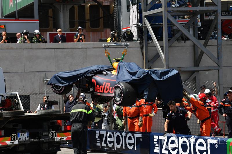 I marshal recuperano la monoposto di Max Verstappen, Red Bull Racing RB14
