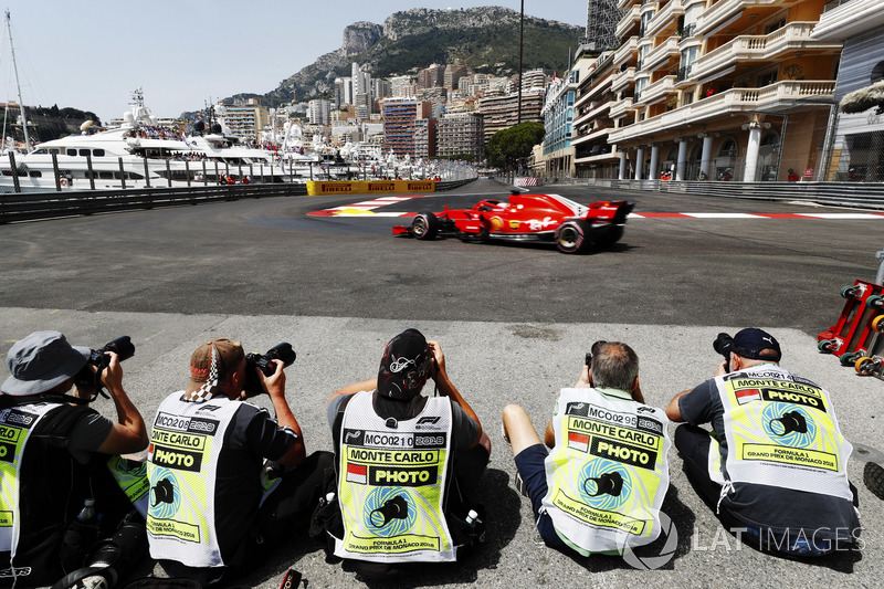 Des photographes prennent en photo Sebastian Vettel, Ferrari SF71H