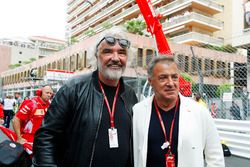 Jean Alesi en Flavio Briatore op de startopstelling
