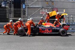 La monoposto di Max Verstappen, Red Bull Racing RB14, viene portata via dopo l'incidente