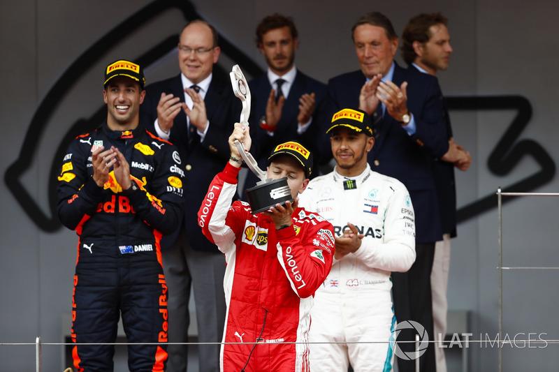 Podio: Sebastian Vettel, Ferrari SF71H, besa su trofeo de segundo lugar