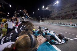 Checkered falg for Valtteri Bottas, Mercedes AMG F1 W08