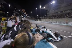 Bandera a cuadros para Valtteri Bottas, Mercedes AMG F1 W08